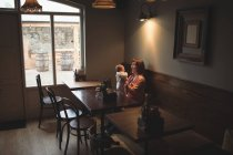 Счастливая мать играет с ребенком в кафе — стоковое фото