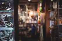 Close-up de ligação de esqui em rack na loja — Fotografia de Stock