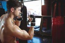 Боксер, занимающийся боксом в фитнес-студии — стоковое фото