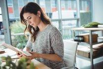 Dirigente aziendale guardando il documento in carica — Foto stock