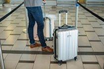 Ділові люди черги в на стійці реєстрації з багажу в терміналі аеропорту — стокове фото