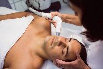 Пациент получает лечение лица в эстетической клинике — стоковое фото