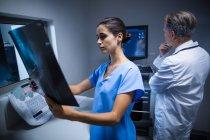 Krankenschwester untersucht Röntgenbild im Krankenhaus — Stockfoto