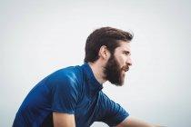 Close up de um atleta bonito alongamento — Fotografia de Stock