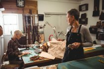 Artisans interagissant pendant qu'ils travaillent en atelier — Photo de stock