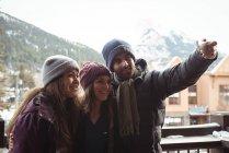 Amici divertirsi e prendere un selfie utilizzando il telefono cellulare — Foto stock