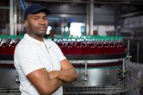 Портрет впевнено чоловік співробітника з обіймами перетнув стоячи заводі — стокове фото