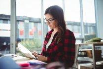 Бизнес-руководитель читает книгу в офисе — стоковое фото