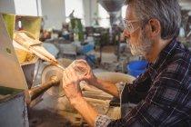 Полировка и шлифовка стеклодувов на стекольном заводе — стоковое фото