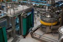 Высокоугольный вид завода по розливу в обрабатывающей промышленности — стоковое фото