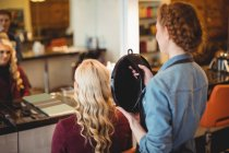 Жіночий перукар стилізації клієнтів волосся салон — стокове фото