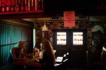 Женщины, общающиеся за бокалом вина в баре — стоковое фото