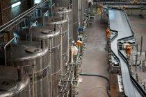 Высокий угол обзора оборудования и производственных линий на соковом заводе — стоковое фото