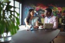 Бізнесмен і взаємодіють один з одним в офіс колега — стокове фото