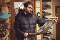 Людина, що вибір одягу в магазині одягу — стокове фото