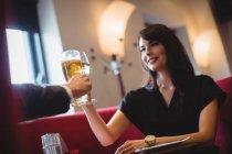 Couple toasting verres de boissons au restaurant — Photo de stock