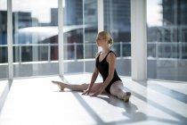 Ballerine effectuer une scission dans le studio — Photo de stock