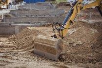 Bulldozer enlever la boue sur le chantier de construction — Photo de stock