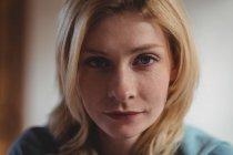 Портрет красивой женщины дома — стоковое фото