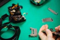 Close-up de homem reparando telefone celular no centro de reparação — Fotografia de Stock