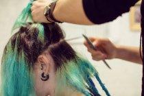 Primo piano di estetista styling clienti capelli in negozio dreadlocks — Foto stock