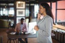 Підприємець говорити на мобільний телефон в офісі — стокове фото