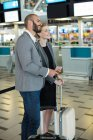 Ділові люди очікують у черзі на реєстрації разом із авіаквитком з багажем у терміналу аеропорту — стокове фото
