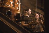 Щасливий чоловік і жінка, які працюють у пивоварний завод — стокове фото