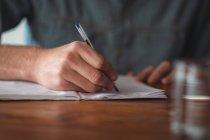 Закри людина писати на ноутбук — стокове фото