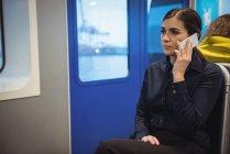 Красиві підприємець говорити на телефоні, сидячи в поїзді — стокове фото