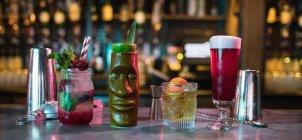 Bar accessoires de cocktails sur le comptoir en bar — Photo de stock