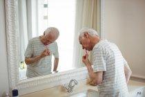 Último homem escovando os dentes no banheiro — Fotografia de Stock