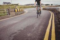 Milieu de section de vélo de sport d'équitation d'athlète — Photo de stock
