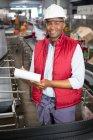 Портрет усміхнений чоловік співробітника відзначивши про продукти в сік заводу — стокове фото