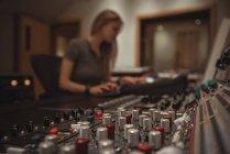 Close-up de misturador de som em um estúdio — Fotografia de Stock