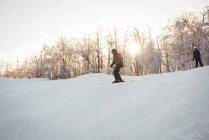 Dois esquiadores esqui nos Alpes nevados durante o inverno — Fotografia de Stock