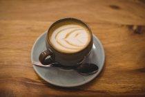 Закри чашку кави з ложка на блюдце капучино — стокове фото