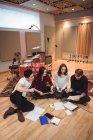 Equipe de músicos compondo melodia em estúdio de gravação — Fotografia de Stock