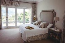 Завтрак трай на кровати в спальне дома — стоковое фото