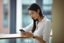 Femme d'affaires utilisant le téléphone portable au bureau balcon — Photo de stock