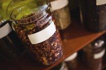 Primo piano di vari barattoli di spezie disposti su scaffale in negozio — Foto stock