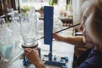 Souffleur de verre travaillant sur une verrerie à l'usine de soufflage de verre — Photo de stock