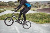 Велосипедиста їзда Bmx велосипеда в скейтпарк — стокове фото