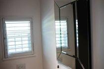 Cuarto de baño vacío con lavabo en casa - foto de stock