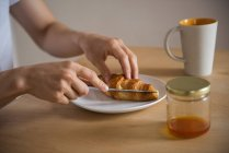Mid-section of man having a breakfast at home — Stock Photo
