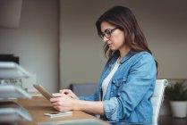 Виконавчим бізнесу за допомогою цифрових планшетного ПК в офісі — стокове фото