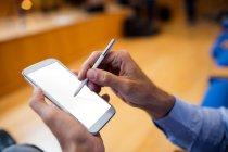 Бизнес-руководитель принимает участие в деловой встрече с использованием мобильного телефона в конференц-центре — стоковое фото