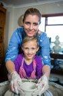 Портрет жіноче Поттер, допомагаючи дівчина в гончарної майстерні — стокове фото
