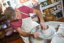 Щасливі чоловічого Поттер, роблячи банку в гончарної майстерні — стокове фото