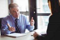 Бизнесмен обсуждает кое-что с коллегой в офисе — стоковое фото